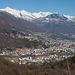 Blick vom Balladrum hinunter auf Locarno. Im Hintergrund der Pizzo di Vogorno, 2442m