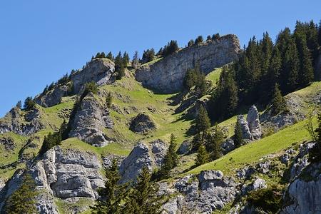 Später führt der Weg von rechts oben unter der Felswand hindurch und die Graskehle hinauf.
