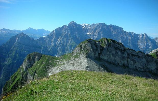 Tolle Aussicht vom Gipfel des Rautispitz. Im Vordergrund Höchnase und Wiggis, im Hintergrund Vorder Glärnisch und Glärnischmassiv
