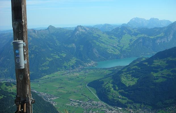 Blick vom Rautispitz in Richtung Walensee mit Weesen. Rechts oberhalb der Bildmitte Amden, links davon Mattstock und Speer. Federispitz verdeckt durch das Gipfelkreuz