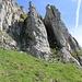 Die beiden Coulis von unten. Links steigt [u Zaza] schon auf weniger steiles Gras, rechts ist [u Alpin_Rise] gerade daran sich am Geilgras zu erlaben