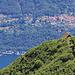 Auf dem Gipfel des Mottone sind wir mit dem Rifugio Al Legn und dem Dörfchen Scaiano auf der gegenüberliegenden Seeseite ziemlich genau auf einer Linie
