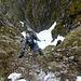 Tanja klettert über die schneefreie Schlüsselstelle