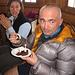 Saputo del cinquantesimo compleanno di Elio la guardiana del rifugio gli offre una porzione di dolce con candelina!
