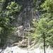 An einem schönen Wasserfall vorbei