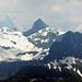 Höch Turm. Noch behindern riesige Wechten den Aufstieg von Braunwald auf den Ortstock (links ausserhalb Bild).