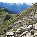Dalla crestina visibile laggiù opto per attraversare questa pietraia e rimanere alto