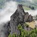 Blick von den Hüsern auf die Felsformation.