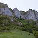 Felsriegel, in der Mitte führt der Weg hinauf