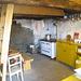 Blick in Küche und Gemeinschaftsraum, die Treppe im Vordergrund führt hinauf zu den Schlafplätzen. Entgegen der Infos im Internet gibt es doch Strom.<br />(Foto von Urs)