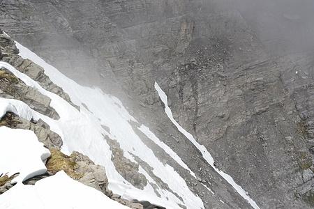 Schnee am Ende der Hansliruss. Hinten rechts oberhalb der Bildmitte, der Schutt auf dem man zur Furggle steigt.