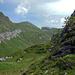 Der Sattel und damit P.1739 ist erreicht. Von hier sieht man hinüber ins Hochtal in dem die Alp Dejen liegt. Hinten in der Mitte der Schijen.