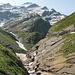 la conca di Lièlp con il Poncione Braga sullo sfondo. L'evidente intaglio nella roccia sulla dx è la strada asfaltata