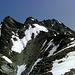 Noch ein paar flachere Schneefelder bis zum nächsten felsigen Sattel. Dort oben wird der Grat schärfer, der 'Steig'  weicht in die steile Südflanke aus.