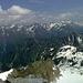 Erst am Gipfel sichtbar, die Stubaier Alpen im Osten über der tiefen Furche des Ötztales.