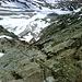 Vom Westgrat wird die Steilheit der Südflanke deutlich - irgendwo dort unten verläuft der steile, bröselige Normalweg. Der Hüttenwirt empfiehlt wegen der beträchtlichen Steinschlaggefahr den Westgrat sowohl im Anstieg, wie für den Abstieg...dennoch wagten einige Gipfelstürmer den Abstieg.