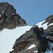 Dossengrat: Blick in den Dossensattel (Bergsteiger) und den Dossenhorn-Nordgrat – unserer ungefähre Route ist eingezeichnet. Rechts Punkt 3032 als aussichtsreicher Abschluss des Dossengrats. Er muss nicht überschritten werden, wer nur in den Dossensattel will.