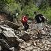 der ganze Abstieg findet auf losem Gestein/Geröll statt, die Stöcke sind eine wertvolle Hilfe