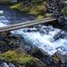 Nachdem man wenige Minuten vom Ausgangspunkt Sandfell auf eher wenig sichtbaren Wegspuren nordwärts dem Hang entlang traversiert hat erreicht man einenen Bach mit einer einfachen Brücke. Sobald man die Brücke erkennt, ist man auf dem richtigen Weg der nun zusehmend steiler und eindeutig sichtbar wird.