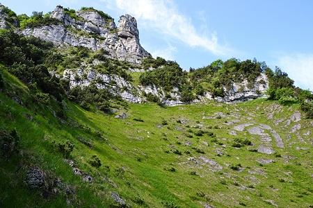Wiesemit Felsband nach dem Forenstock. Die Schwöster ist nicht zu sehen.