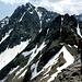 Abstieg von P. 2863, vom Schneefeld am Grat gehts rechts in den Kessel hinunter