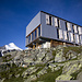 Die moderne Topalihütte. Wunderschön ist der Blick vom Aufenthaltsraum durch die großen Panoramafenster. Links im Hintergrund sieht man das Brunegghorn (3833m).