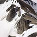 Blick auf das Schöllijoch. Der Klettersteig befindet sich rechts des Schneefelds in der Bildmitte.
