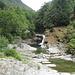 Sympatique coin baignade au pied d'une petite cascade, à l'entrée de Lavertezzo