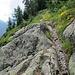 schöne Pfade mit Tiefblick, im Hintergrund in den Wolken der Mont Blanc