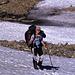 Anika am Morgen des zweiten Tages bei Aufstieg durch das Firnfeld zur Grossi Chrinne. Da der Firn hart gefroren ist, nutzen wir die Spuren vom Vortag.