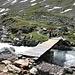 <b>A Talpillen (2337 m), due operai stanno riparando il ponticello, parzialmente distrutto dalle intemperie.</b>