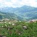 Tief unten im Tal der Ort Lenk, dahinter das Albristhorn