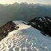 Über den breiten schneebedeckten unteren Gratabschnitt geht es wieder hinunter zum Emshorn!