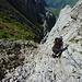 Steiler Abstieg am Drahtseil