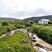 Der Fluss Caher River muss überquert werden (Brücke vorhanden).