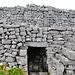 Detailblick auf die bronzezeitlichen Befestigungsmauern. Man beachte die Trockensteinmauern ohne jegliche Verwendung von Kalk oder Zement.
