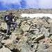 Oberhalb der Südwestwand und eines kurzen Gratrückens legt sich das Gelände zurück. Oli wandert nun über Geröll dem Gipfel des Piz Platta (3392m) entgegen.