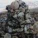 """Ritničohkka - Das """"Gipfelbuch"""" auf dem höchsten Gipfel innerhalb Finnlands besteht aus einer Handvoll Einträge der letzten Jahre auf Zetteln und befindet in einer ausgedienten Wodka-Flasche."""