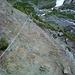 """Die """"Schlüsselstelle"""" der Wanderung - infolge von Erosion wurde der neue Weg über diesen Felsen geführt."""