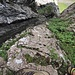 Blick hinunter. Am besten man Klettert dem Felsen entlang, es hat immer wieder kleine aber gute Griffe. T6- ll
