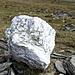 Wenn man beim Abstieg ins Karsavagge bei diesem Quarzstein vorbeikommt, hat man richtig eingefädelt.