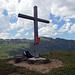 Kreuz auf dem Hüeneri mit dem Hochfinsler im Hintergrund.