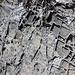 Seltsame 'Chästli-Muster' auf Steinplatten. Ob hier weichere Gesteinsteile schneller wegerodiert wurden, härtere Stand hielten?