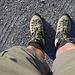 Am Start: Die Schuhe haben Kilometerstand 0. Die Beine etwas mehr. Die neuen Treter - wie auch meine Füsse - haben diese doch lange Tour vollkommen schadlos überstanden. Ich bin eher begeistert von meiner Schuhwahl.