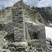 etwas oberhalb des Sattels auf dem Grat Richtung Sattelkopf liegt diese verfallene Zollwachthütte