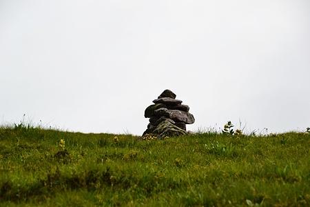 Steinman auf der Wiese zum Gipfel des Fuggstock.