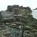 Beim Abstieg durch die seilgesicherten Felsen kurz unterhalb des Gipfels ... (Teil 3)