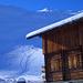 Die malerische Alphütte von Gafia, dahinter der verschneiten Eggberg