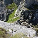 Sicht vom Gipfel des Ruchälplistock hinunter in die Scharte, von wo aus die Fixinstallationen (Ketten) hoch zum Gipfel beginnen