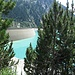 die graue Staumauer über dem türkisfarbenen Wasser des Schlegeisspeichers
